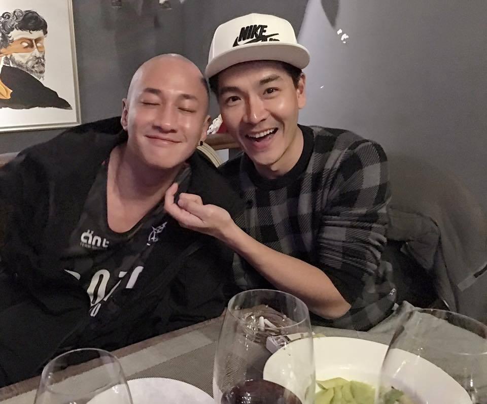 王傳一(右)與何潤東在橫店成為好友。圖/摘自臉書