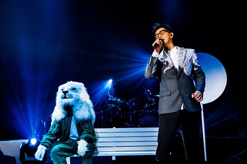 品冠上海開唱,身穿180萬針刺繡訂製的全新「蒙面白毛獅王」西裝。圖/種子音樂提供