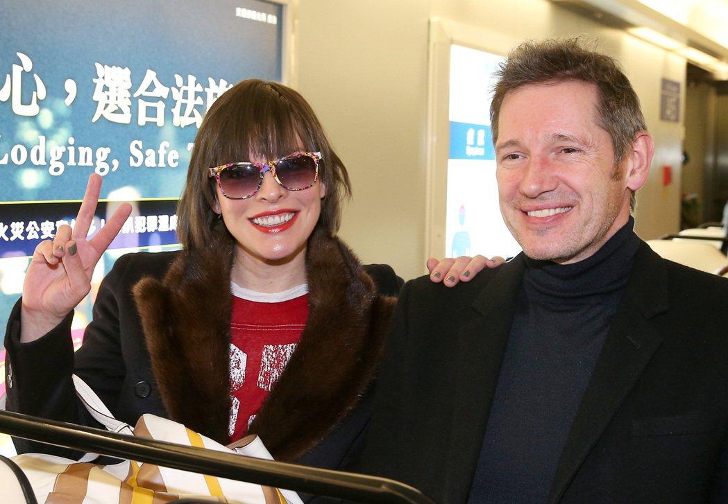 影星蜜拉喬娃維琪(左)與導演夫婿保羅安德森(右)15日晚間搭機抵台宣傳新片。...