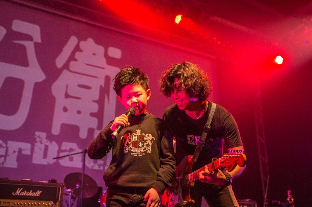 四分衛與 地主小小鼓手-呂岳駿,在台中Legacy軋唱又軋鼓。圖/Legacy提