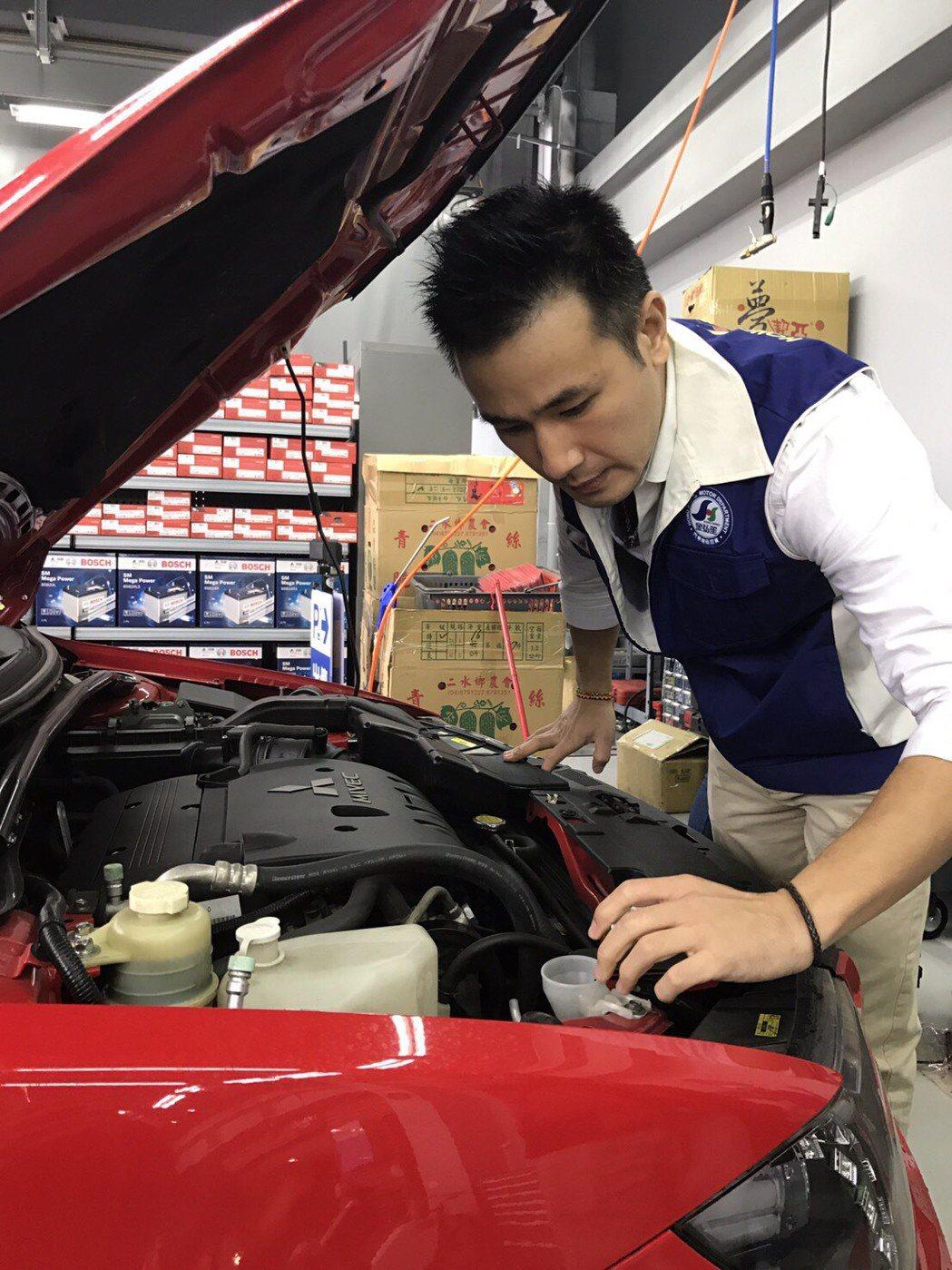 傅子純擔任汽車百貨一日店長,化身修車師傅。圖/民視提供