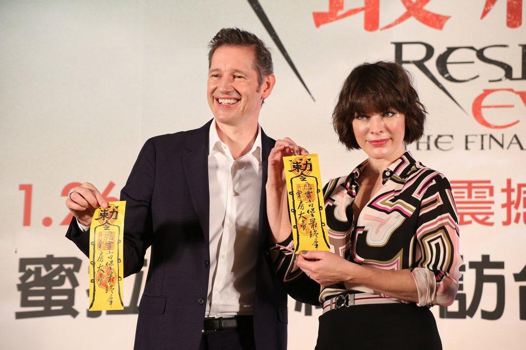 蜜拉喬娃維琪(右)與夫婿導演保羅安德森(左)為電影惡靈古堡最終章訪台。記者陳立凱...