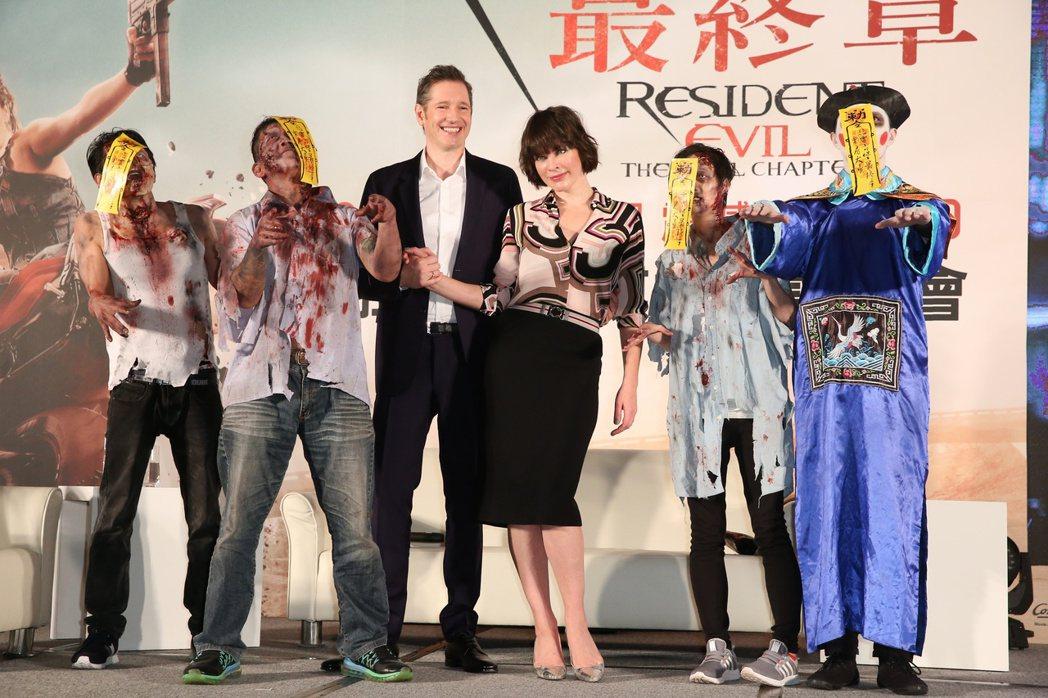 蜜拉喬娃維琪(右三)與夫婿導演保羅安德森(左三)為電影惡靈古堡最終章訪台。記者陳...