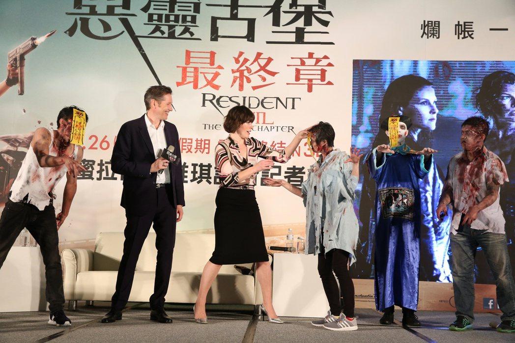 蜜拉喬娃維琪(左三)與夫婿導演保羅安德森(左二)為電影惡靈古堡最終章訪台。記者陳...