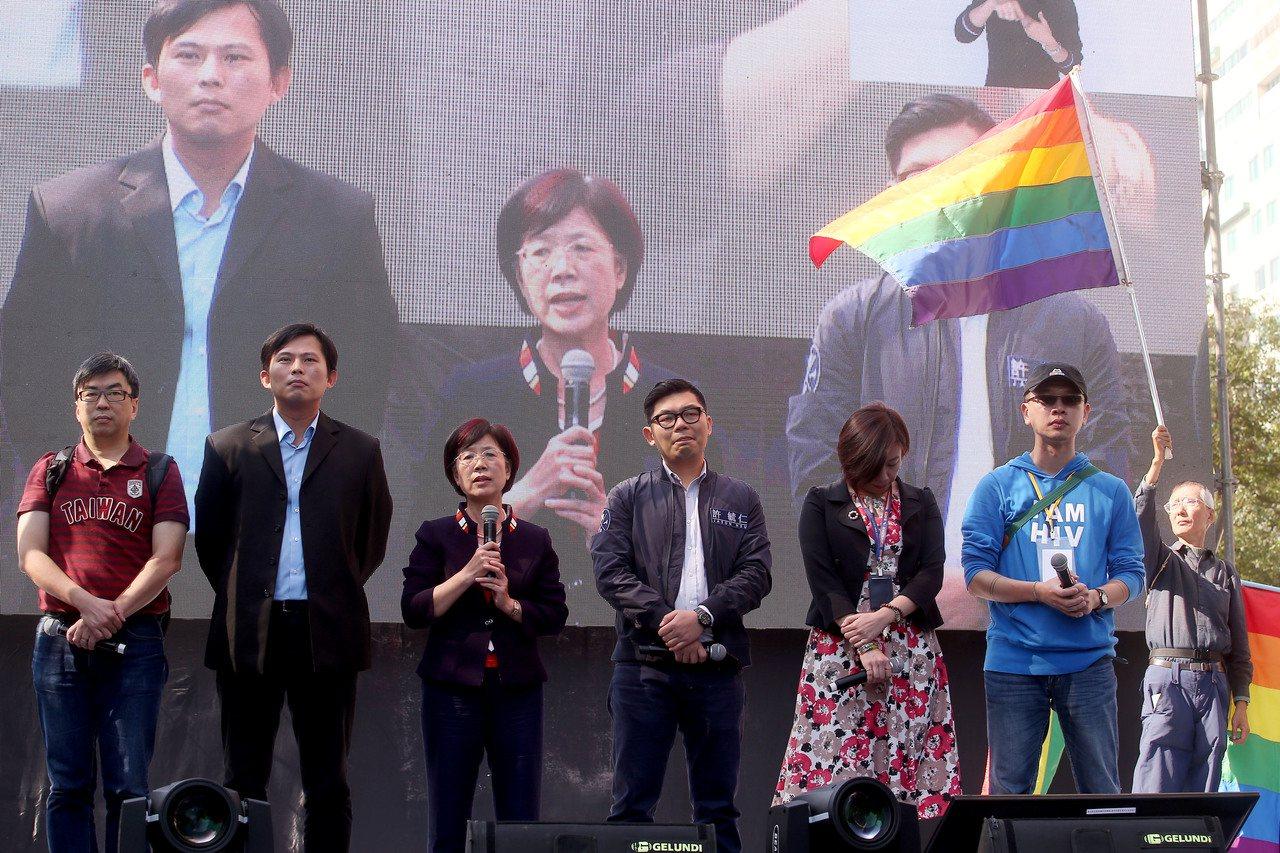 婚姻平權修法初審通過,立法委員段宜康(左起)、黃國昌、尤美女、許毓仁、林靜儀來到...