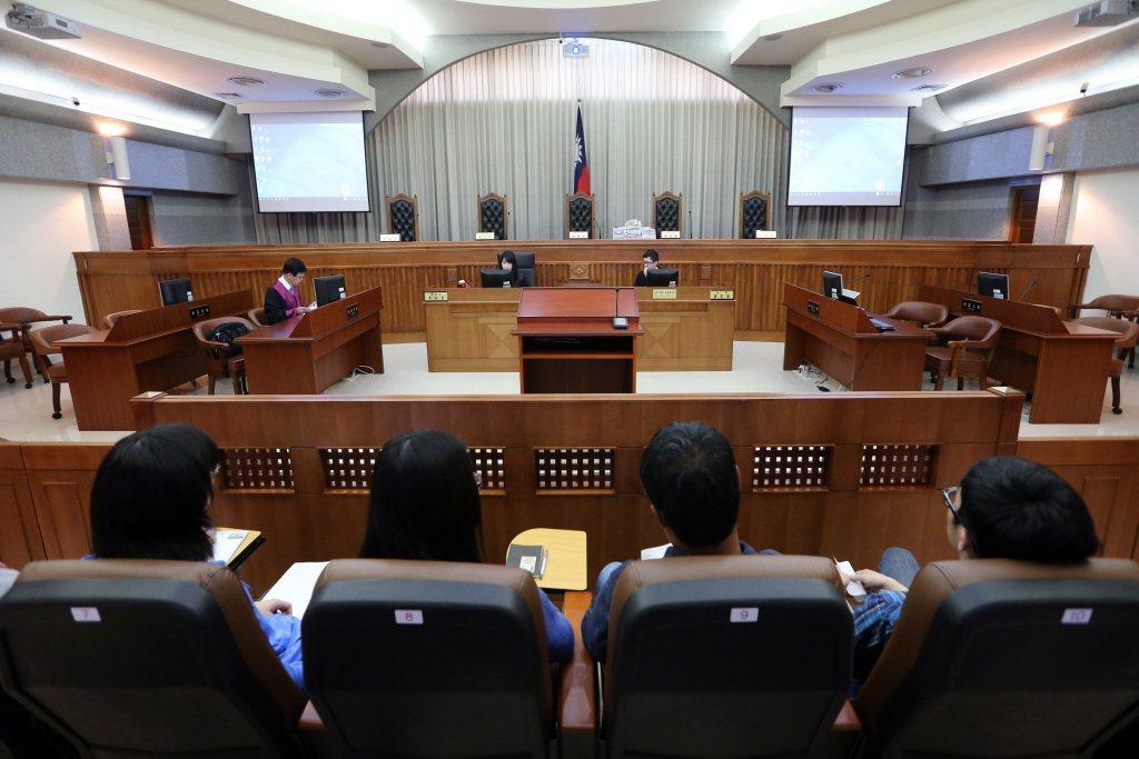 人民參與審判制度能不能滿足台灣對追求正義的想像,或許還得打上個大問號,但是當人民...