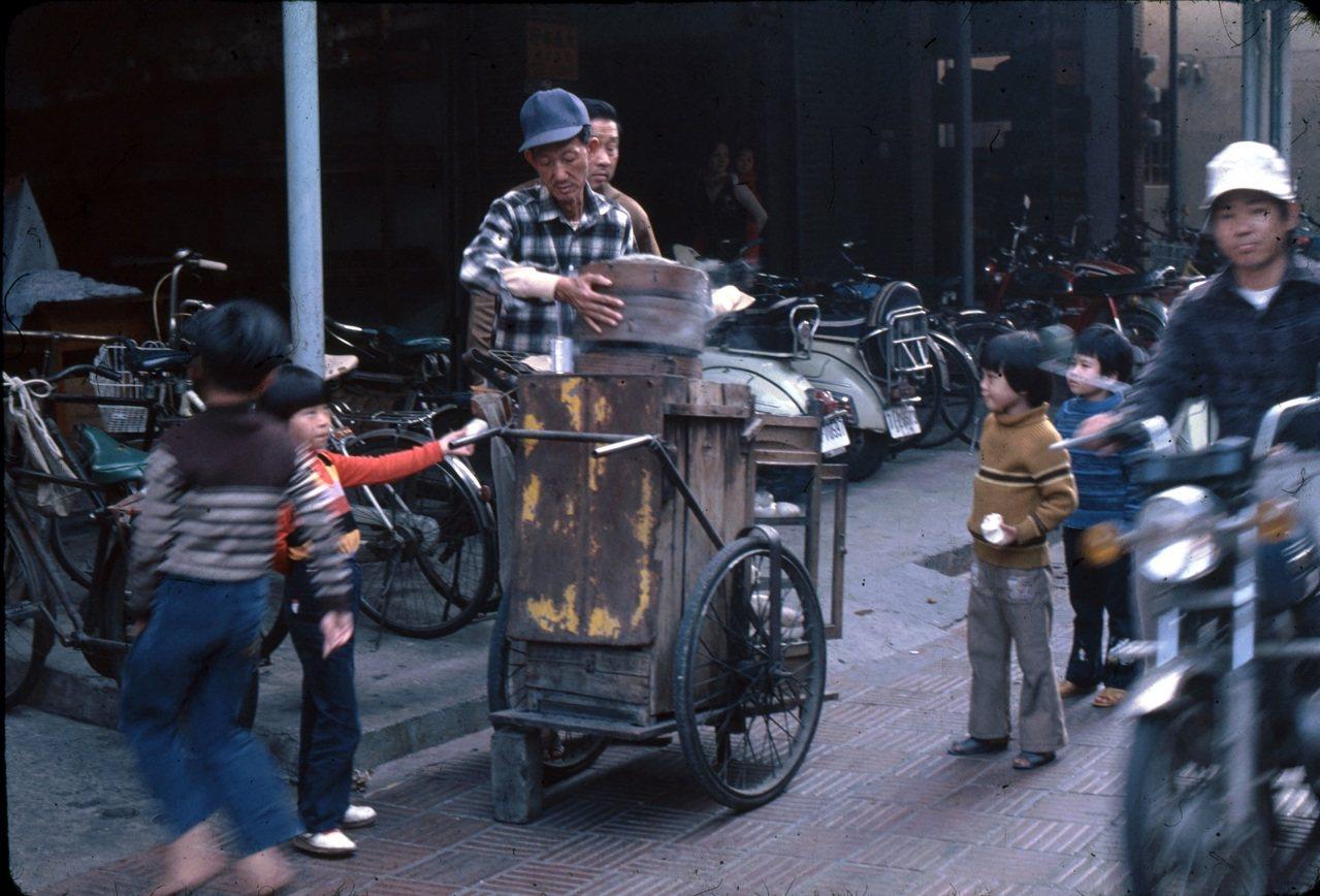 1979年12月,臺南街頭販賣肉包及臺式水晶餃的攤販。林柏樑攝。