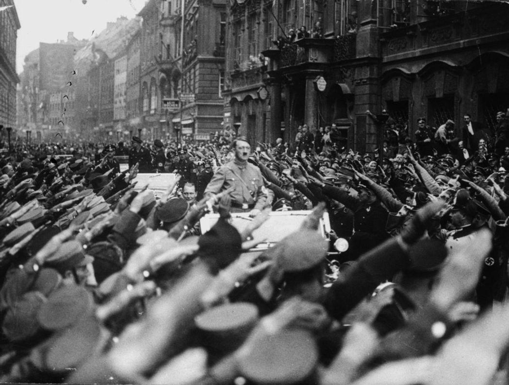認錯的極限?德國再掀納粹記憶風暴。圖為1933年,慕尼黑街頭上,希特勒與納粹黨元...
