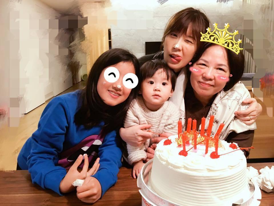 賈靜雯(右二)與女兒們為媽媽(右)慶生。圖/摘自臉書