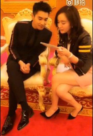 楊冪(右)與趙又廷為合作新戲宣傳接受訪問。圖/截圖自微博