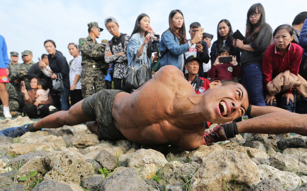 海軍陸戰隊11日舉辦兩棲偵搜專長班綜合考驗週驗收,蛙兵必須通過俗稱「天堂路」的礁...