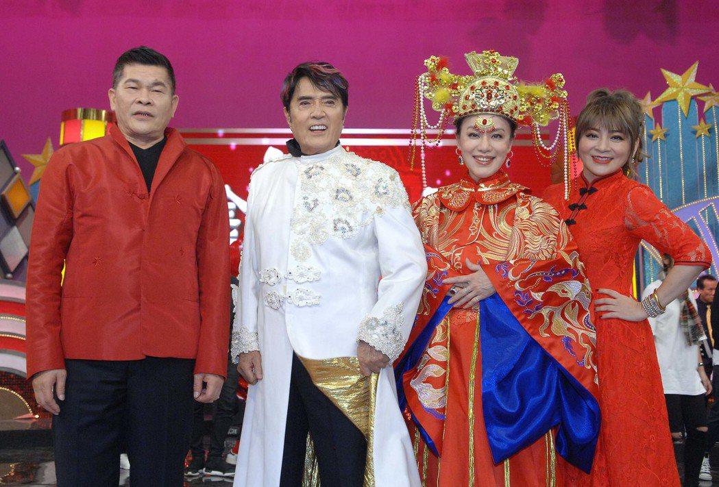 澎恰恰(左起)、林沖、金佩珊、王彩樺與資深藝人同歡。圖/華視提供