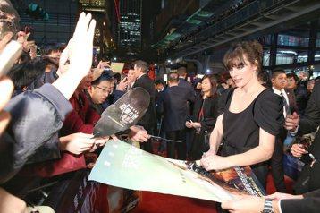 電影惡靈古堡最終章首映,蜜拉喬娃維琪與夫婿導演保羅安德森一同出席。蜜拉在紅毯與粉絲親密互動。