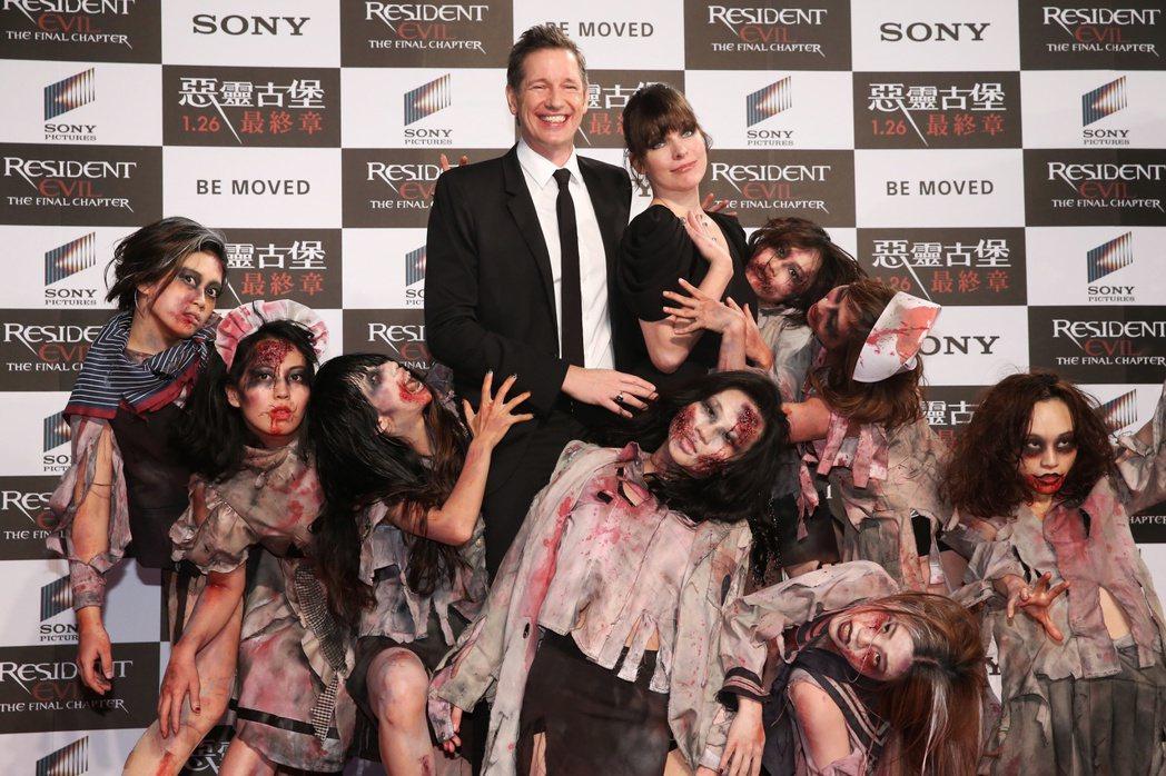 電影惡靈古堡最終章首映,蜜拉喬娃維琪與夫婿導演保羅安德森一同出席。蜜拉在紅毯與粉...