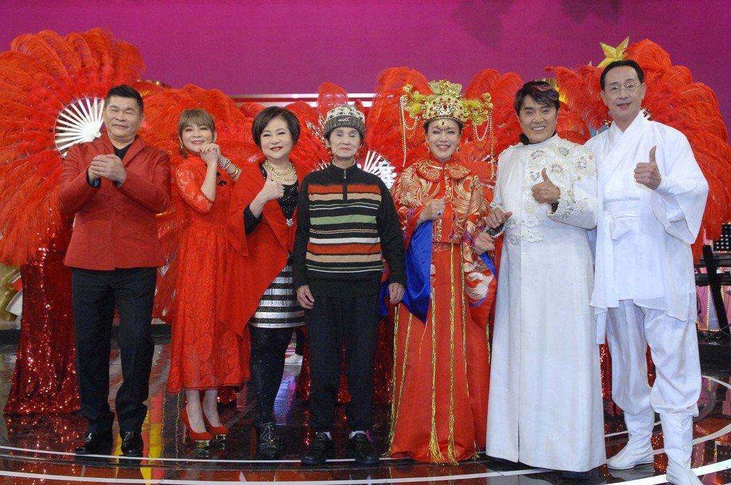 「金雞鴻運旺群星嘉年華」邀資深藝人齊聚一堂。圖/華視提供