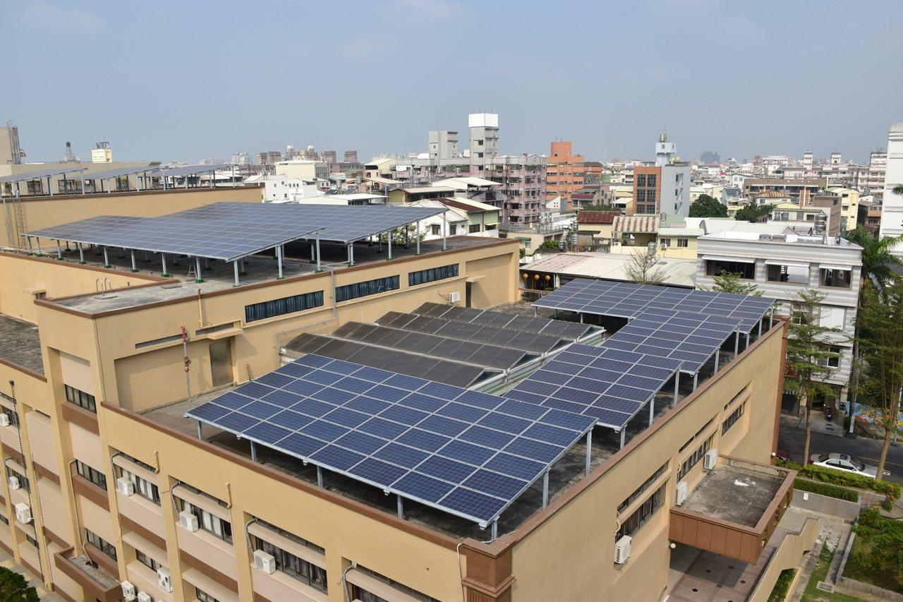 屏東大學校舍也有太陽能屋頂,還要把綠能列入環境教育議題。圖/屏東大學提供