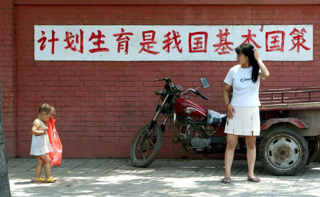 對於許多受到一胎化政策迫害或者已過生育年齡的中國家庭來說,長遠的傷害恐怕是難以挽...