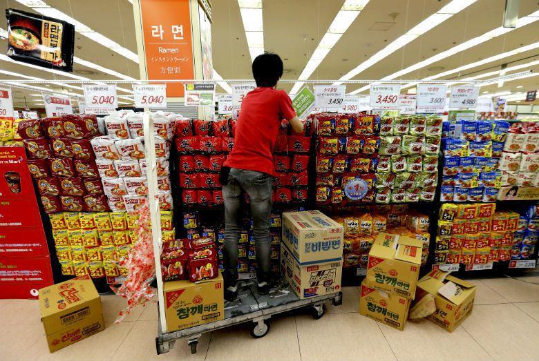 根據世界泡麵協會2015年的統計,韓國人每年平均吃掉73碗泡麵,是全世界最愛吃泡...