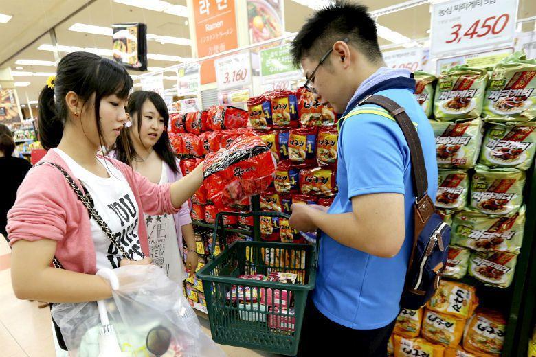 不像臺灣人多以泡麵當作宵夜,韓國人在中午將泡麵當作正餐吃的人非常多,泡麵一直是賣...