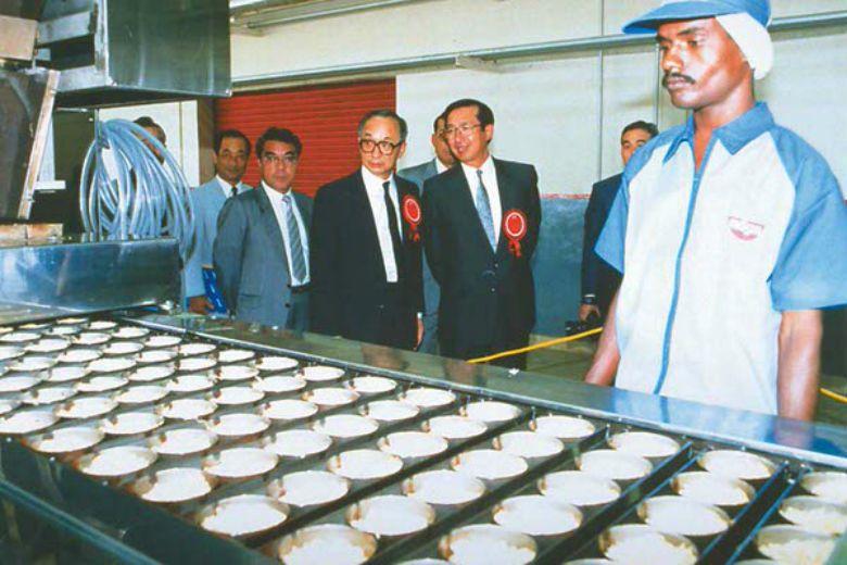 全世界第一碗泡麵為日清公司創辦人安藤百福(右二)發明。泡麵在韓語稱為「拉麵」(라...