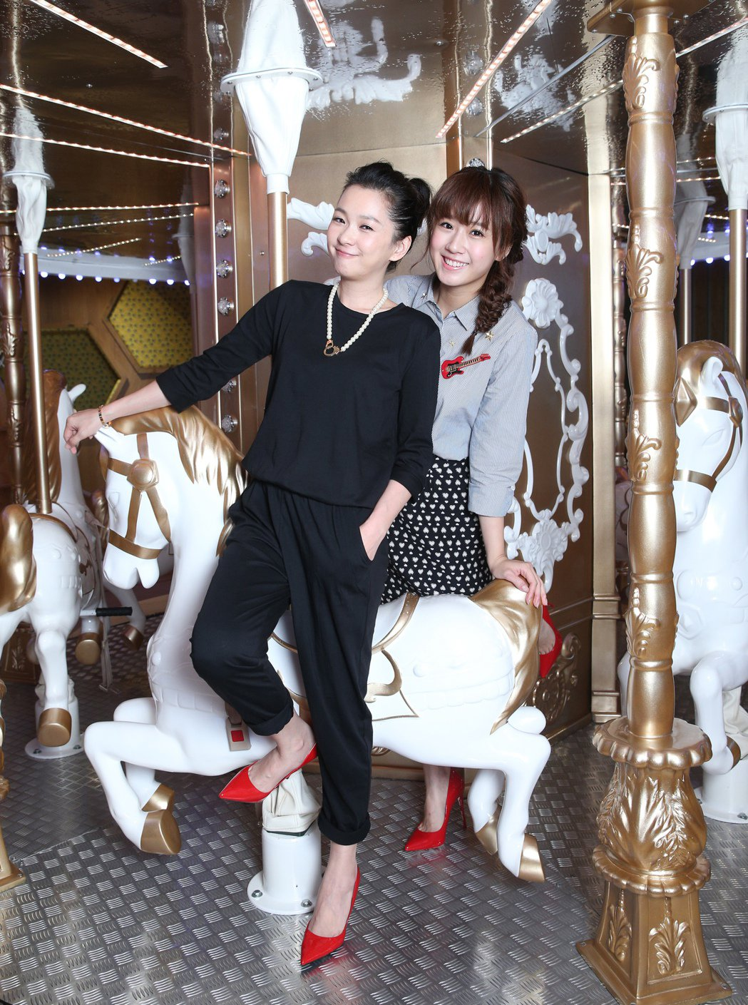 六月(左)與方志友(右)到親子餐廳享受下午茶。記者蘇健忠/攝影