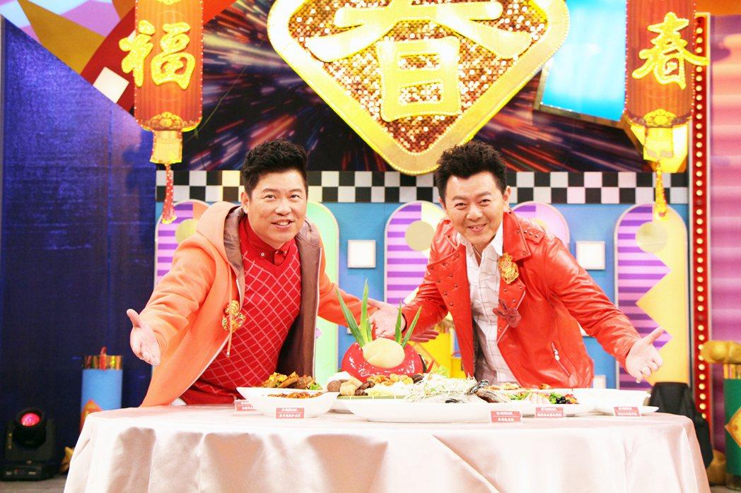 曾國城(左)、庹宗康介紹年菜。圖/中視提供