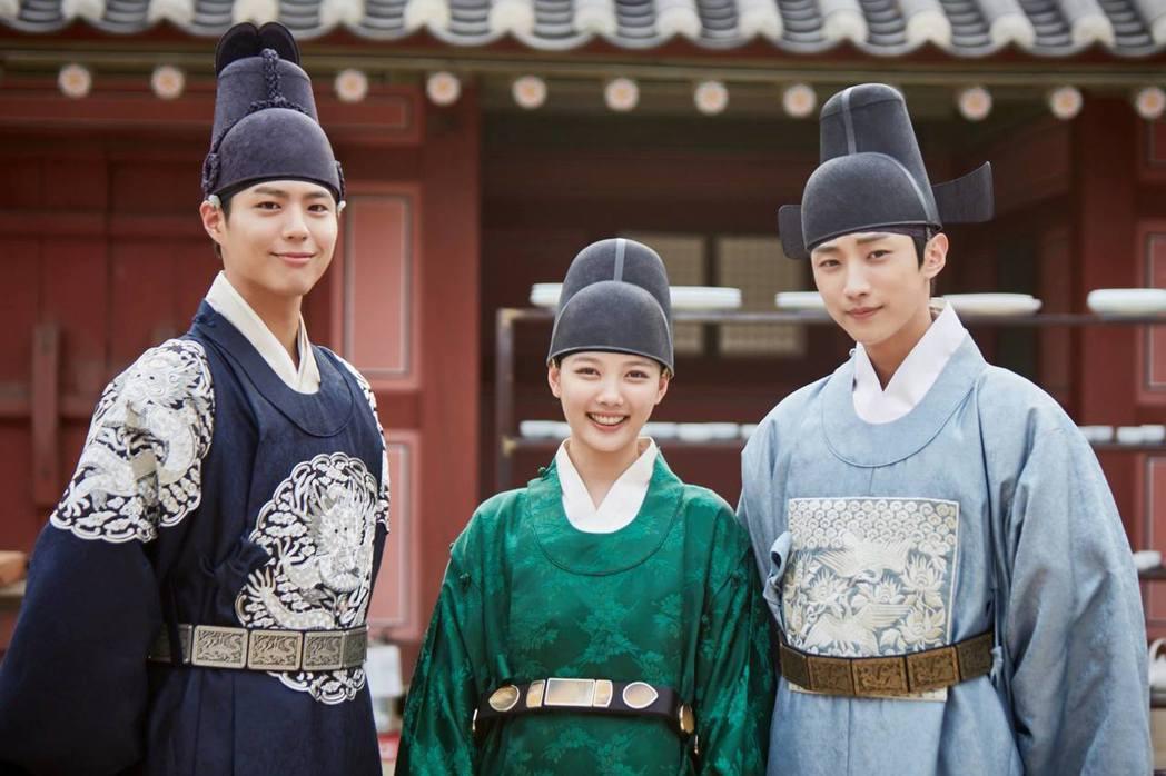 朴寶劍(左起)、金裕貞、振永在「雲畫的月光」中上演三角戀。圖/摘自官方臉書