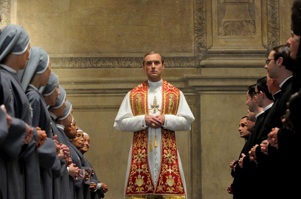 裘德洛主演「年輕教宗」。圖/摘自imdb