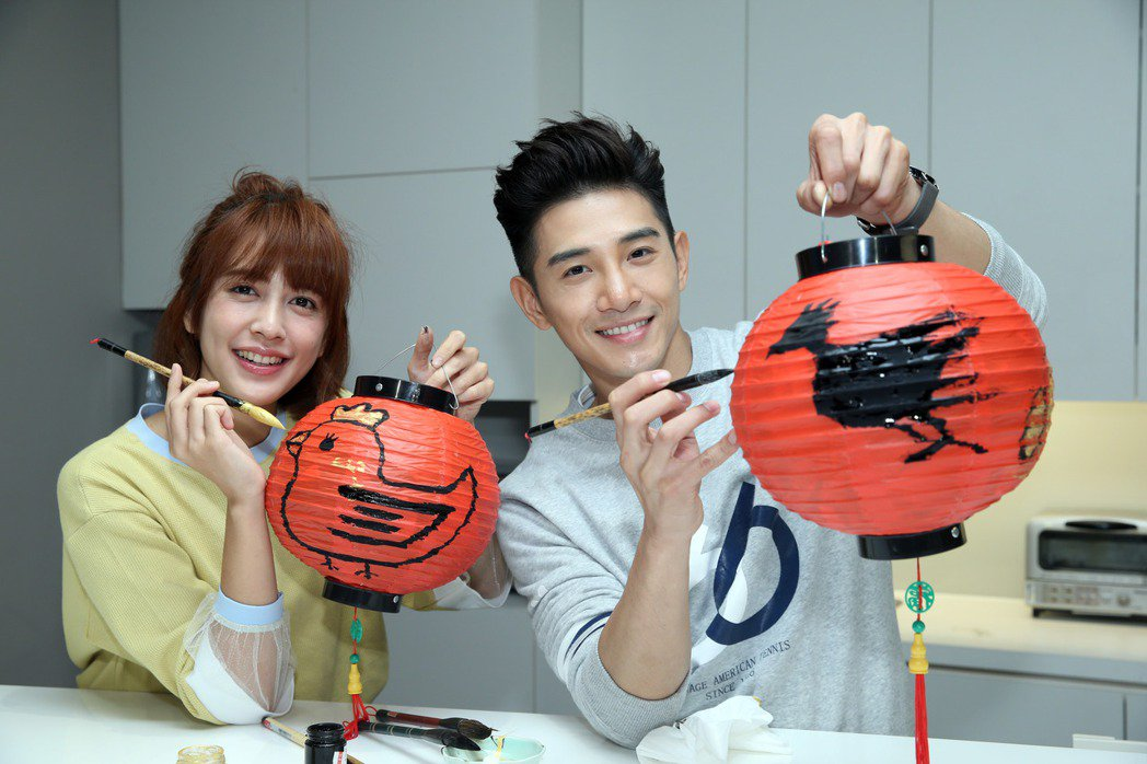 張立昂(右)與劉奕兒寫春聯畫燈籠。記者陳瑞源/攝影