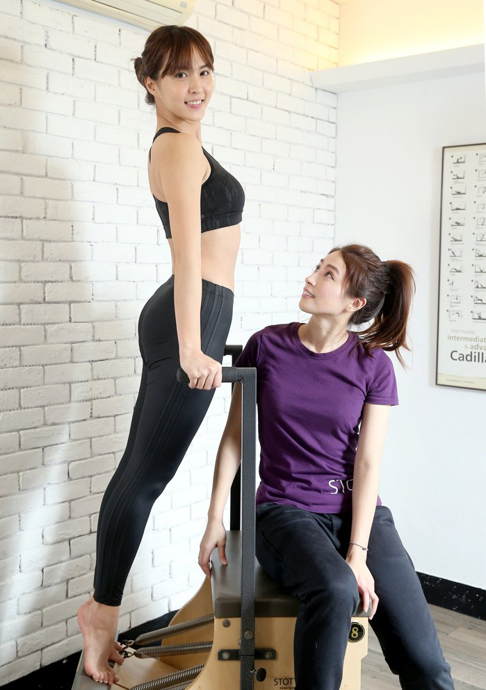 魏蔓運用健身器材,訓練核心肌群,幫助過年後甩油。記者余承翰/攝影  場地/體線運...