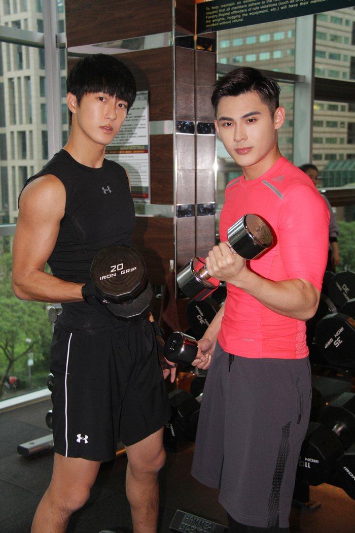 陳奕(右)、邱昊奇過年相約健身展現肌情。圖/達騰娛樂提供