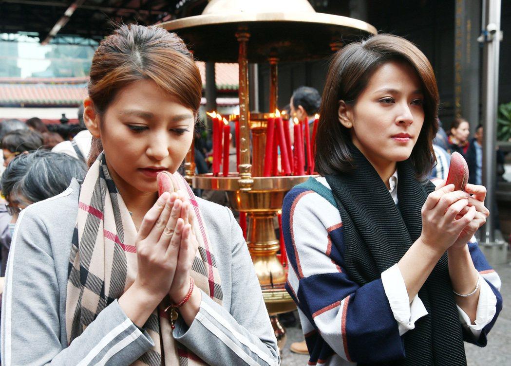 蘇晏霈(右)、樓心潼(左)到龍山寺拜拜求桃花緣份。記者杜建重/攝影