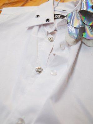 把內側換上暗扣以節省換裝時間,外側仍然保留已無作用的襯衫扣,以照顧視覺美感及...