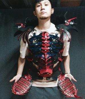 奇巧劇團《鞍馬天狗》是個編制浩大、服裝細緻的演出,圖為育昇試穿劇中「天狗屍甲...