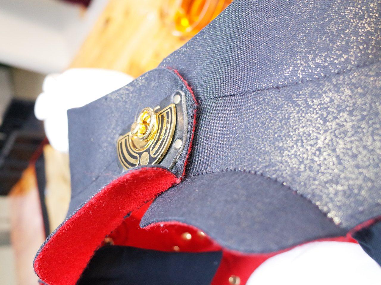 《鞍馬天狗》服裝上很有古意的扣子,其實是常用於皮包上的扣環。使用起來非常便利,樣...