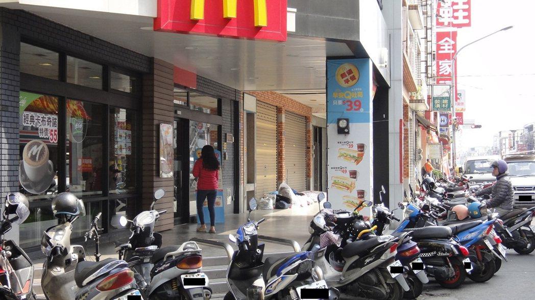 新北市的29岁苏女在东港镇闹区一间速食店旁骑楼打?铺。记?蒋继平/摄影