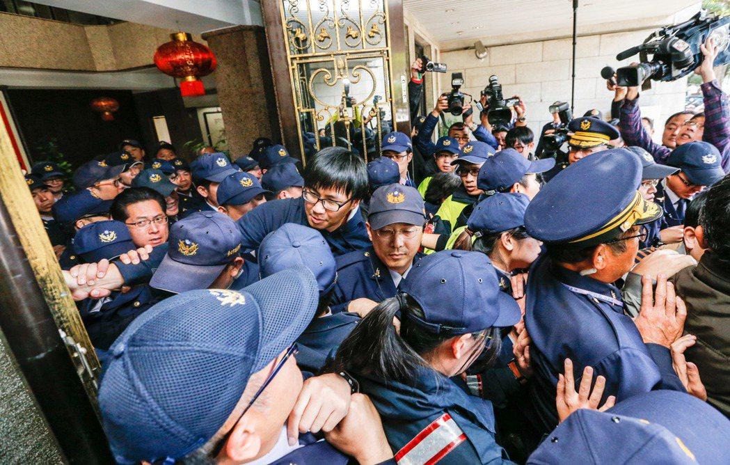 ?教工会前往教育?抗议,与警方对峙,一位学生遭警方拖出。记?郑超文/摄影