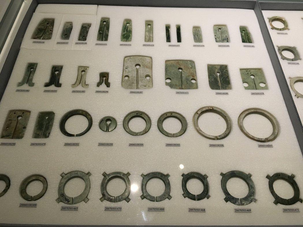 史前馆「玉见台湾」特展,展出众多卑南遗址玉器,图为各?手环。记?何定照/摄影