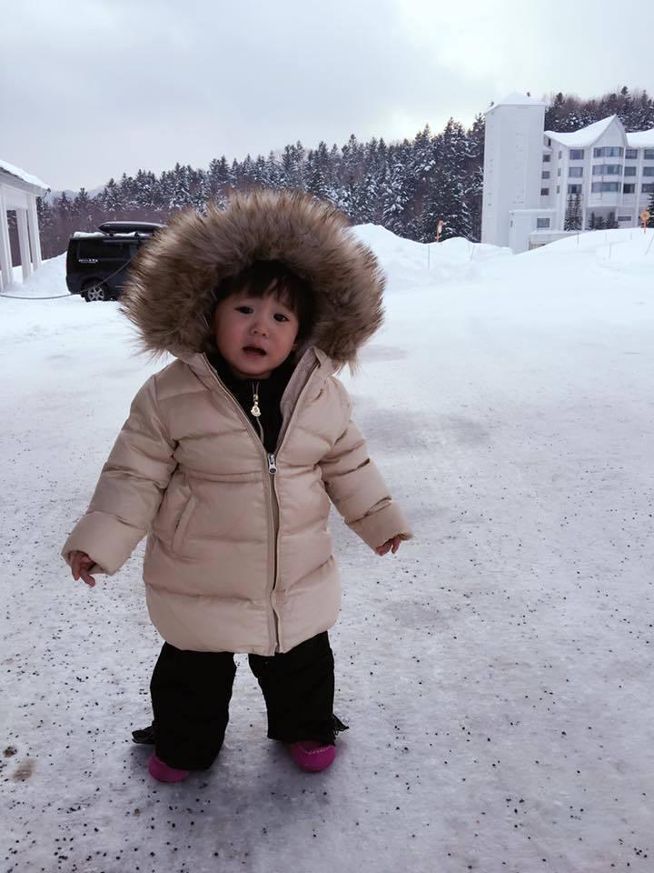 咘咘之前到北海道,一踏雪就軟腿。圖/摘自臉書