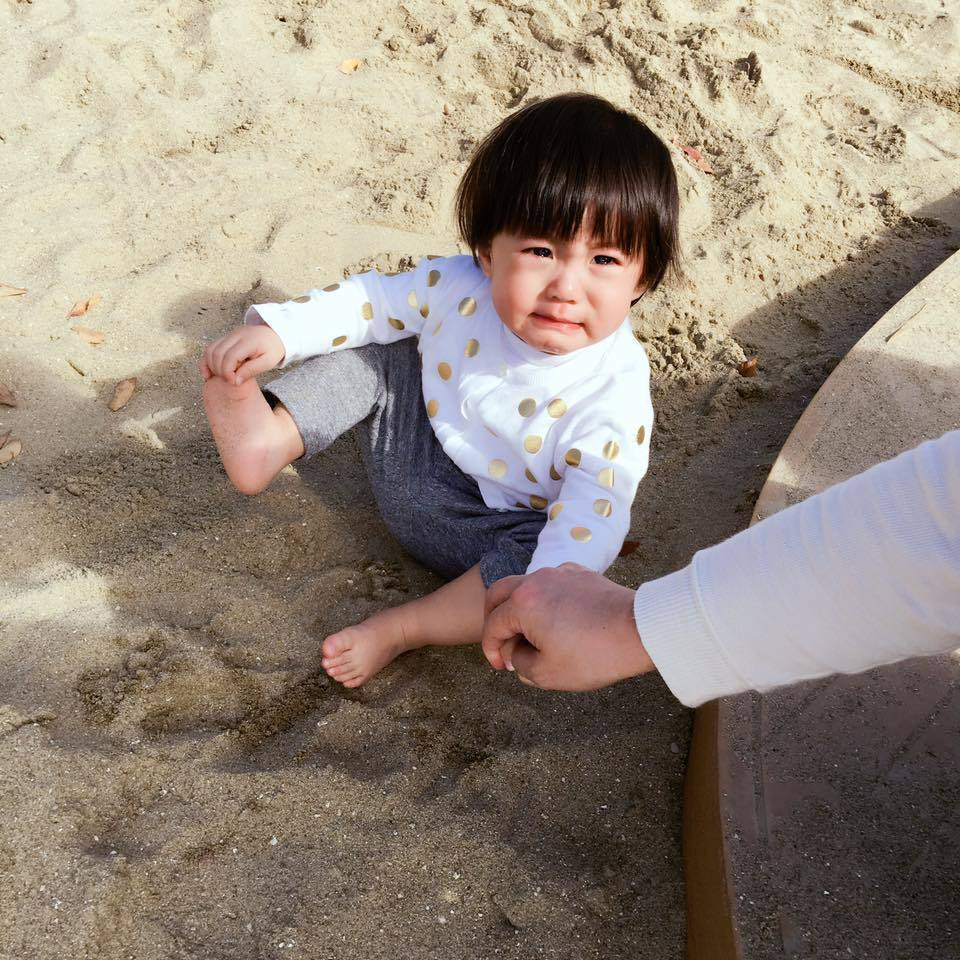咘咘赤腳踩沙就崩潰扁嘴,讓粉絲看了好想抱緊處理。圖/摘自臉書