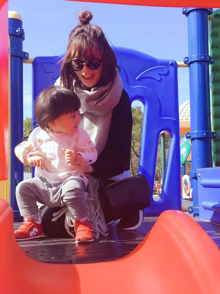 趁得午後陽光,賈靜雯挺孕肚帶咘咘到公園放風。圖/摘自臉書