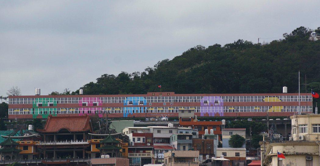 ?平国小位在虎仔山崾,墙上4只彩色小精?,远从市区就能看见。记?曾健佑/摄影
