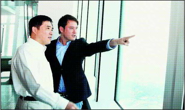 劉漢威(右)曾與前台北市長郝龍斌一起回到「霓虹心」外景地。圖/報系資料照片