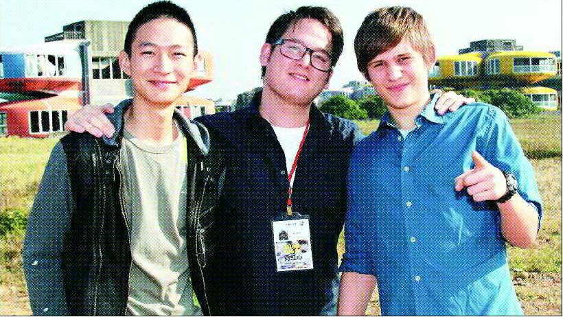 黃河(左起)、劉漢威、陸維格帕梅爾一起在「霓虹心」飛碟屋外景前合影。圖/報系資料...