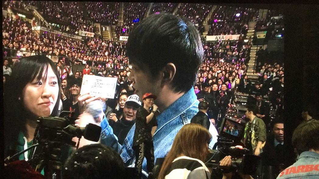 魔术师在周杰伦的演唱会上把歌迷的票根变成?日演唱会?票。图/摘自脸书