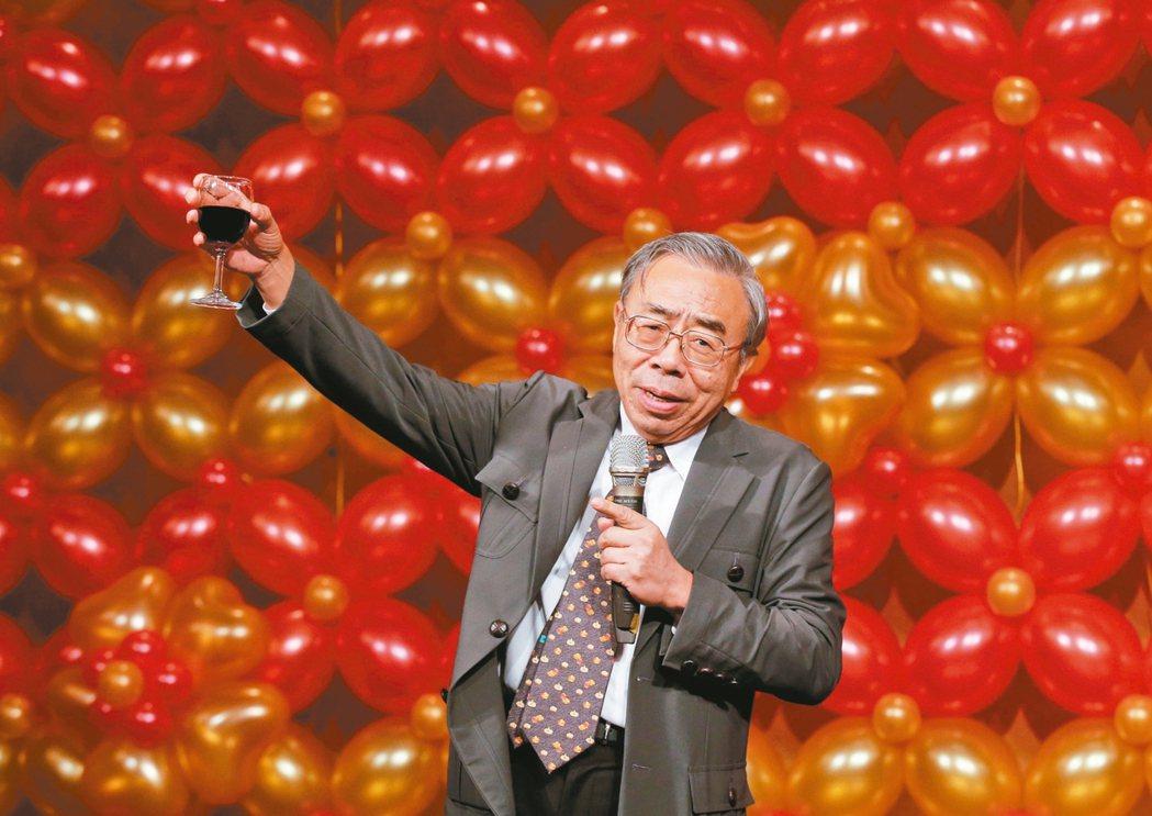 台塑化暮年會昨晚在王朝大酒店舉行,台塑集團總裁王文淵向大家敬酒。 記者鄭超文/攝...