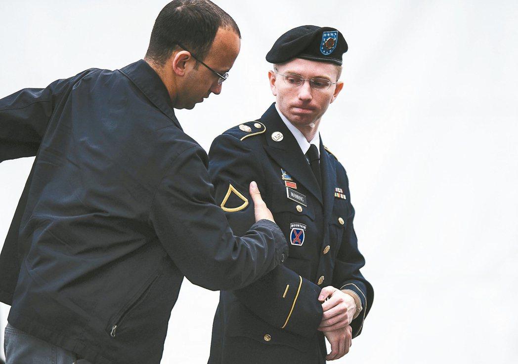 美國總統歐巴馬17日再度宣布特赦和減刑,洩密的變性士兵曼寧(右)也因此受益。 歐...