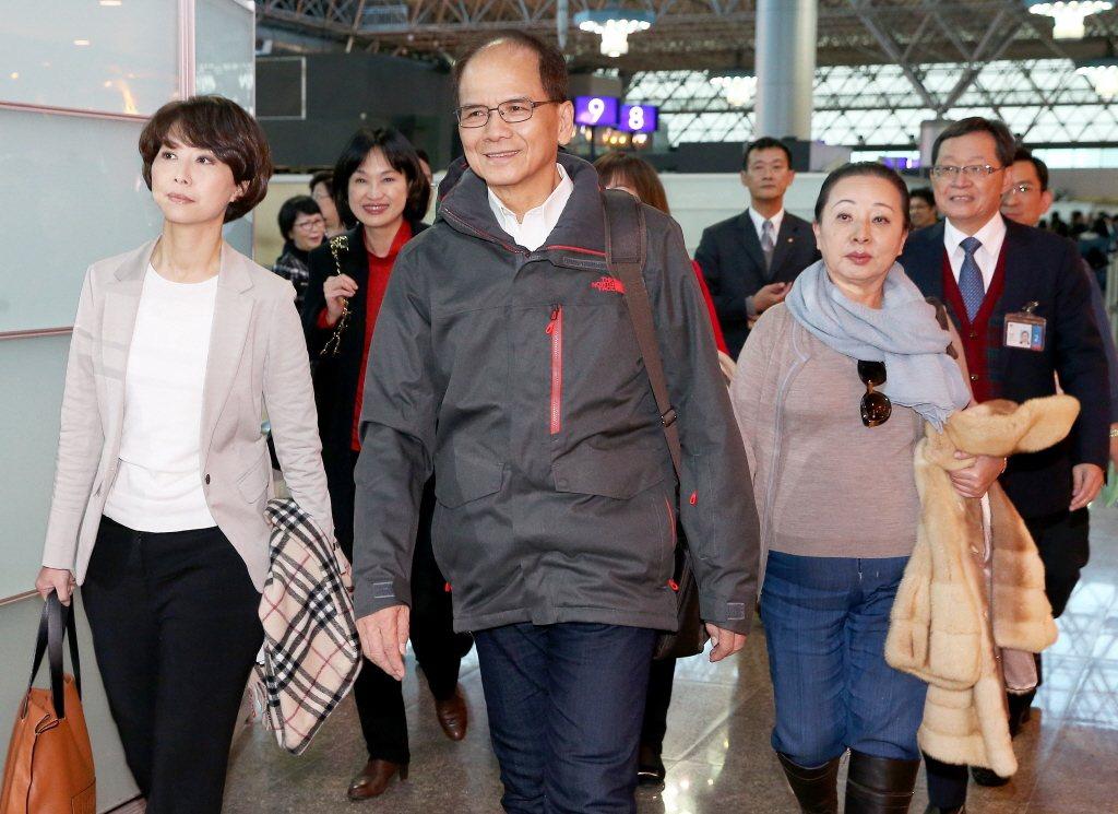 前?政院长游锡?(中)率?美国总统川普就职台湾祝贺团成员前往美国。 ?报系资料...