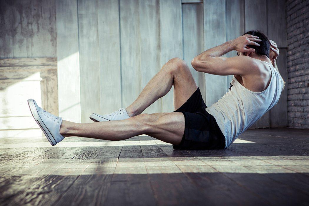 示意圖。猛做仰臥起坐練腹肌,壯男隔天橫紋肌溶解症。 圖/shutterstock