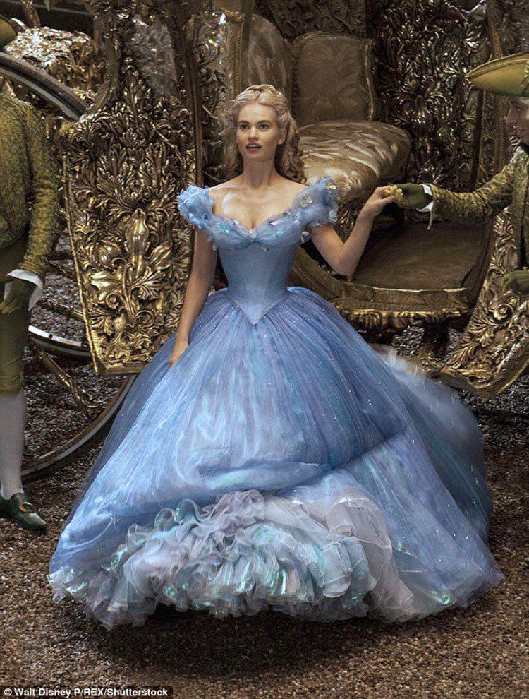 2015《仙履奇緣》真人版灰姑娘由莉莉詹姆斯出演。圖/擷自每日郵報